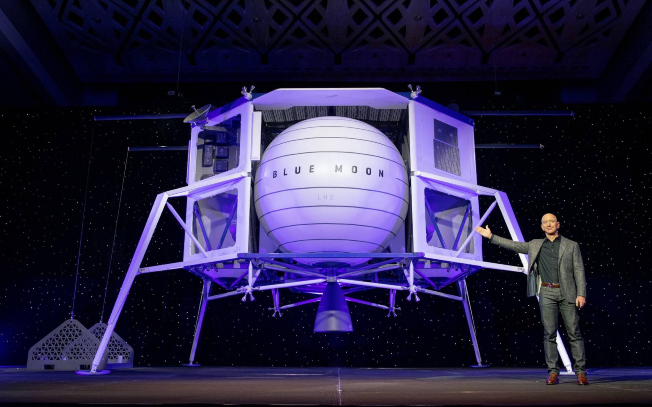 Това е корабът, с който най-богатият човек на Земята иска да покори Луната (ВИДЕО)