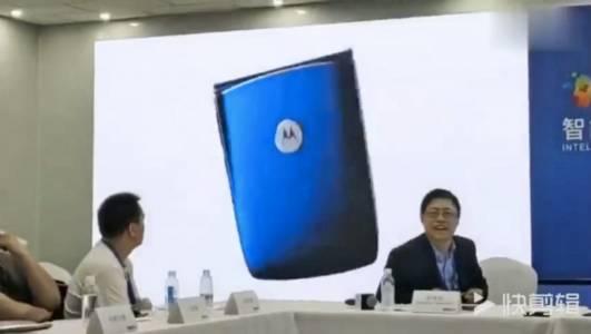 Гъвкав телефон, гъвкави ръце: Lenovo присвои видео на фен за реклама на Motorola RAZR