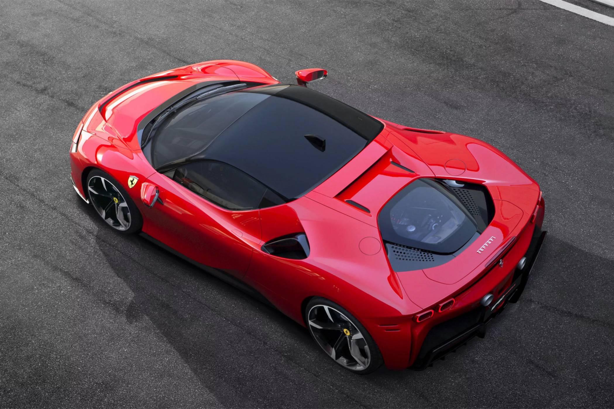 Първият хибрид на Ferrari не ръмжи, а мърка