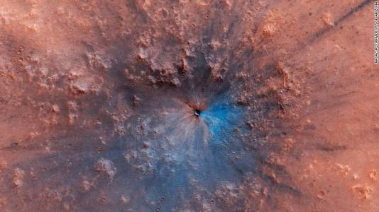 NASA показа фотографии на новообразувал се кратер на Марс