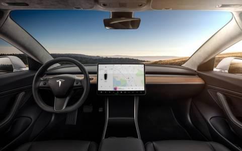 Tesla Autopilot опасно заблуждава водачите заради името си