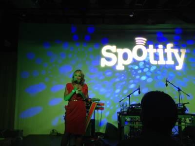 Spotify си иска парите от музиканти, взимали прекалено