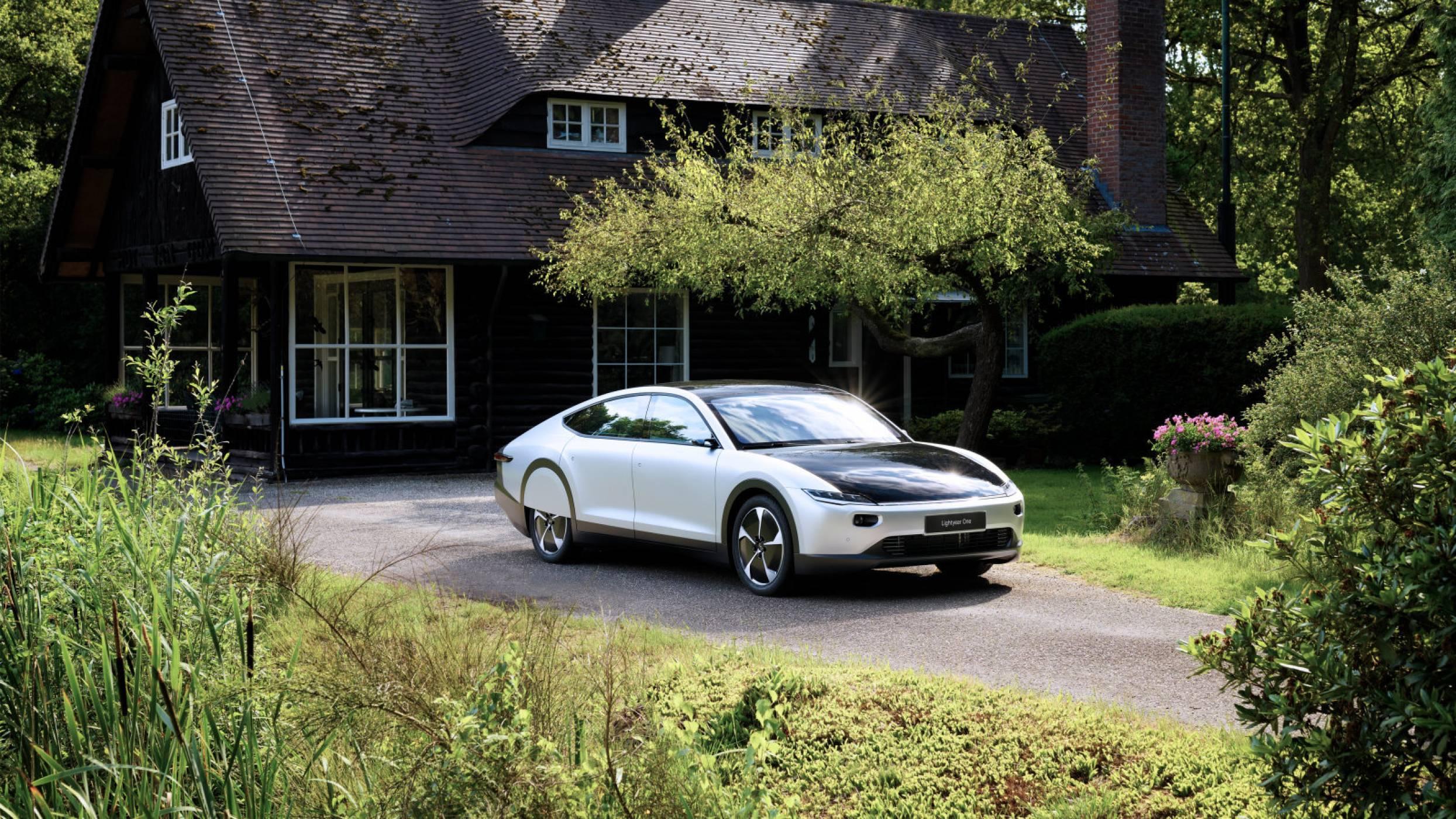 Lightyear One е кола, захранвана от Слънцето, но на мрачна цена