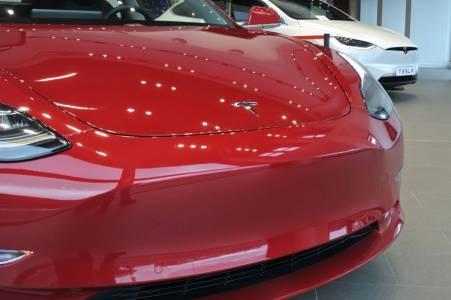 Tesla Model 3 получи 5 от 5 звезди за безопасност (ВИДЕО)