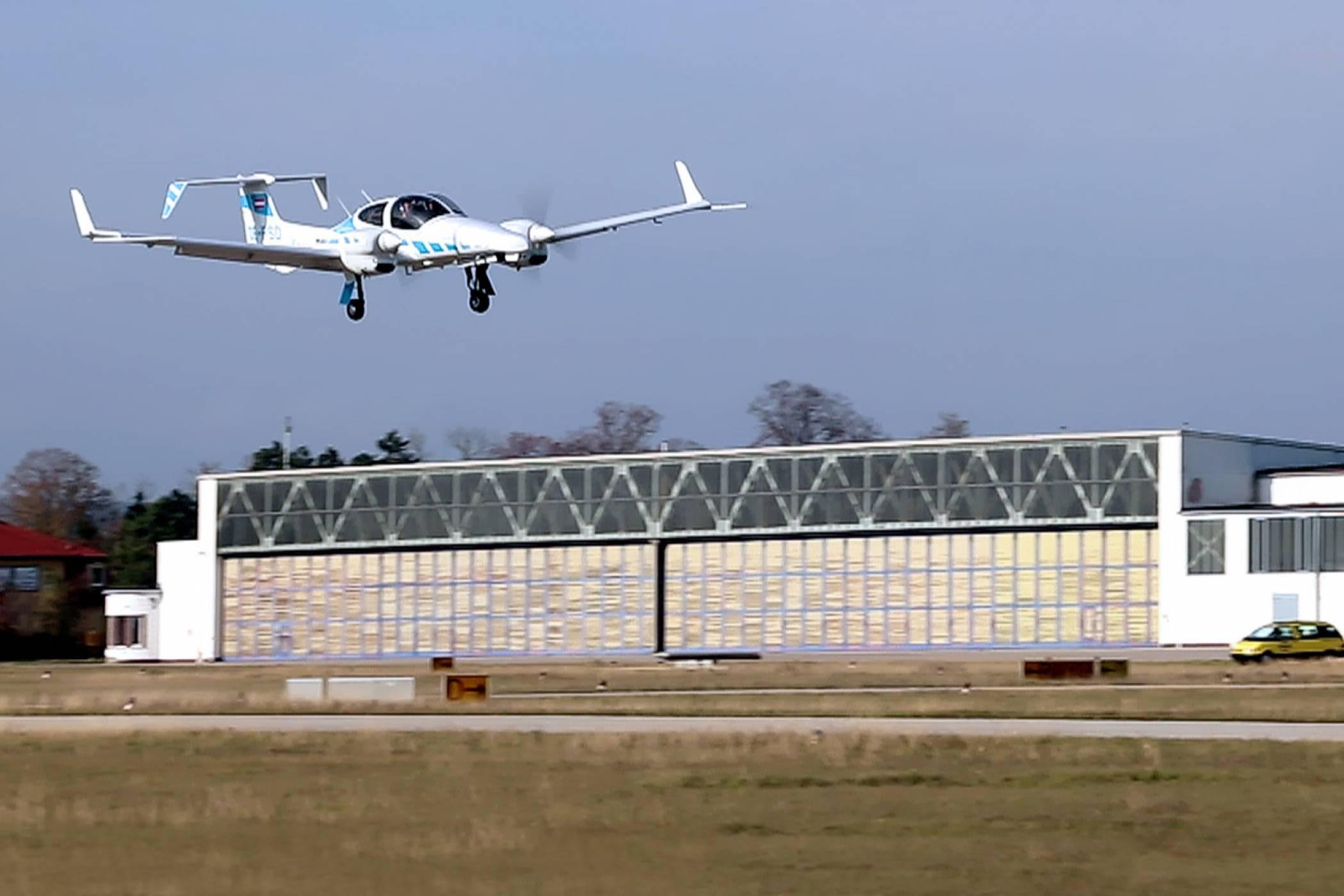 За пръв път самолет се приземи напълно сам (ВИДЕО)
