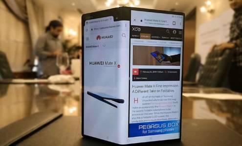 Шефът на Huawei небрежно разцъква гъвкавия Mate X на летище (СНИМКИ)