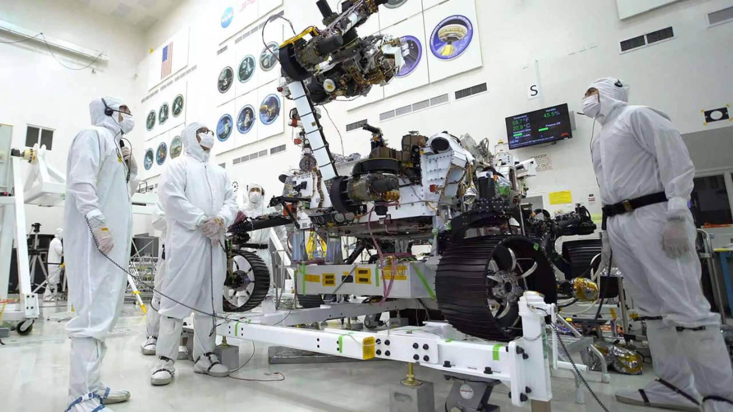 Новият марсоход на NASA надува мускули в очакване на полета си (ВИДЕО)