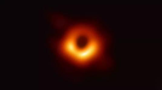 Първата снимка на черна дупка зарадва нейните фотографи