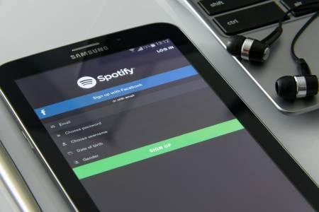 Стриймингът на музика доминира, но колко плаща Spotify  на прослушване?