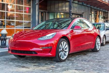 Най-достъпната кола на Tesla вече е и най-безопасната (ВИДЕО)