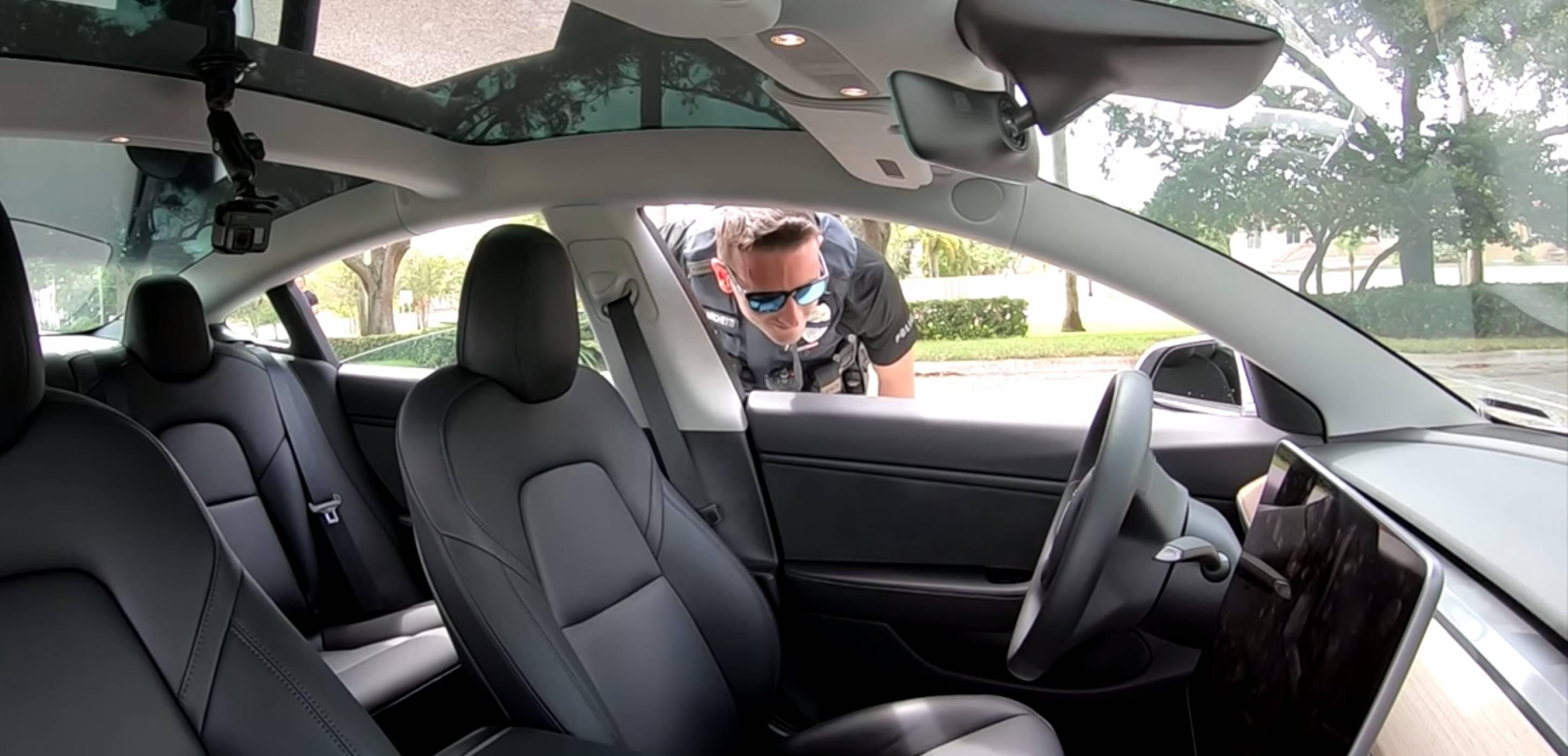 Полицаи спряха Tesla без водач: нагласено или не? (ВИДЕО)