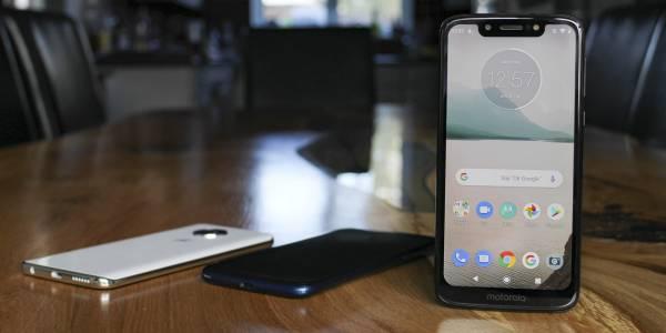 Това е първият смартфон на Motorola с изскачаща селфи камера