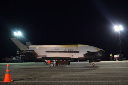 Космическият самолет на САЩ кацна след рекорден престой в орбита