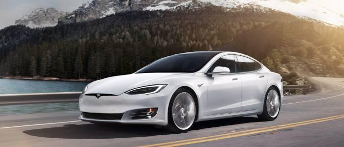 Ъпдейт на Model S вдига конете, за да настигне Porsche Taycan