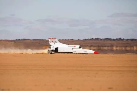 Ракетата на колела достигна половината от митичните 1600 км/ч (ВИДЕО)