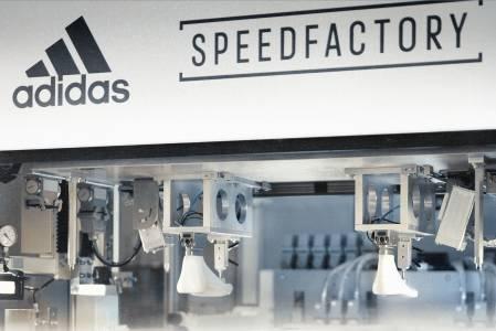 Хора заменят роботите във фабриките на Adidas