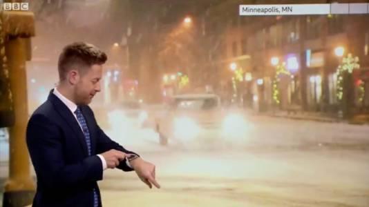 Siri и метеоролог спорят в ефир ще вали ли сняг (ВИДЕО)