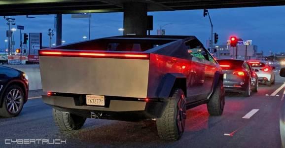 Tesla Cybertruck кара след Tesla Model 3 във фантастично шествие на магистралата (СНИМКИ)
