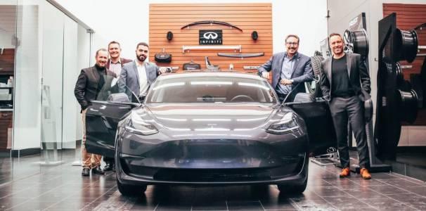 Infiniti достави изненадващ автомобил на клиент, който търси е-кола
