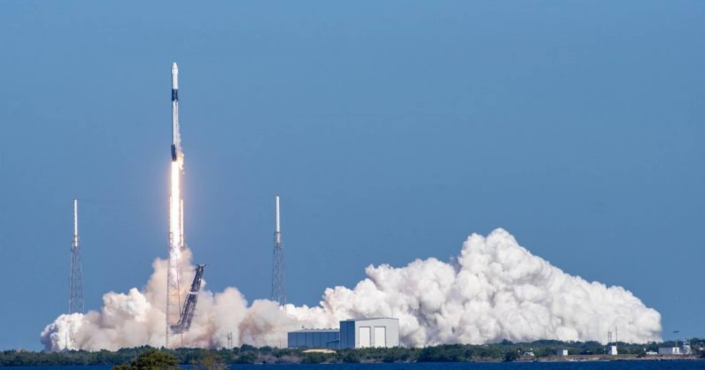 SpaceX изпраща астронавти от NASA в Космоса
