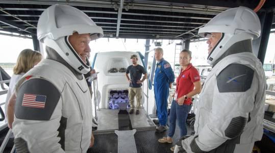 Първата мисия с екипаж на SpaceX с официална дата
