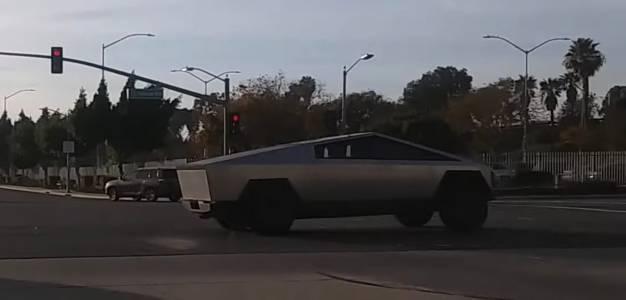 Илон Мъск и Джей Лено разхождат Tesla Cybertruck в Ел Ей