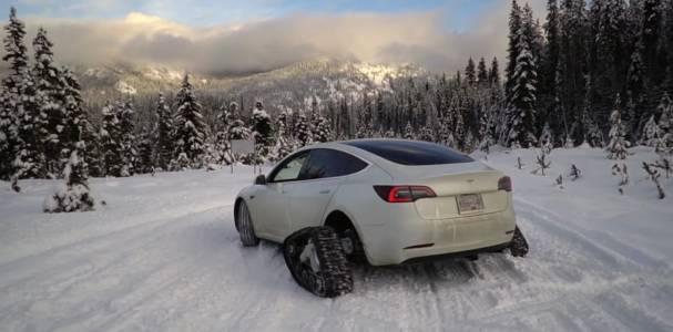 Tesla Model 3 с танкови вериги катери снежни върхове (ВИДЕО)