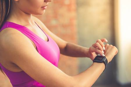 Часовниците на Fitbit ще помагат на собствениците си в борбата с COVID-19