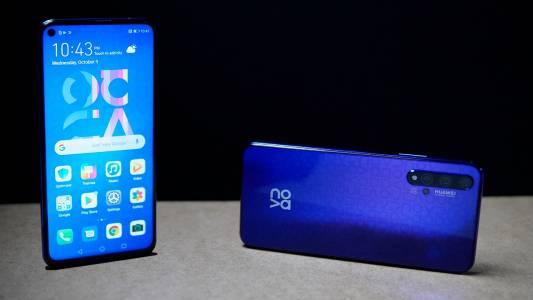 Двойката Huawei nova 7 залага на елегантен дизайн на дисплея