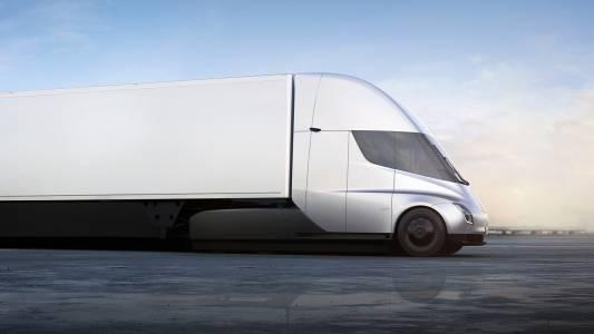 Камионът на Tesla остава в гаража поне още година