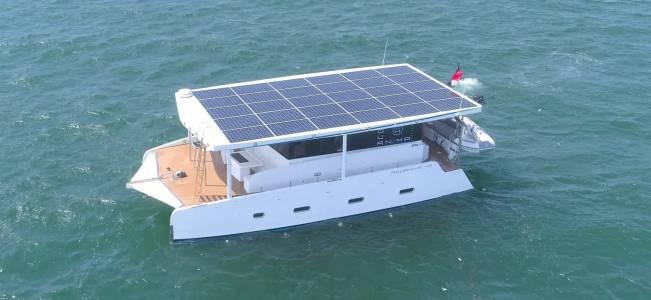 Тази бутикова яхта може да прекоси океаните само на слънце и батерии