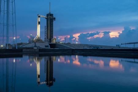 SpaceX отложи изстрелването на Crew Dragon