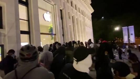 Apple проследява откраднатите при безредиците iPhone-и
