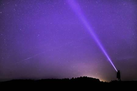 Мистериозен сигнал от дълбокия космос се повтаря на всеки 157 дни и никой не знае защо