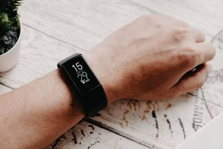 Fitbit Charge 4 ще ни буди, когато прецени, че сме спали достатъчно