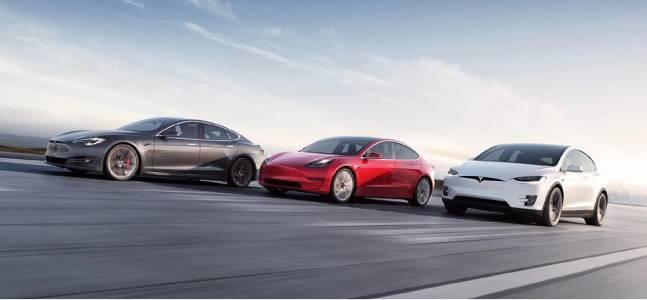 От януари насам Tesla е продала повече е-коли, отколкото трите си конкурента, взети заедно