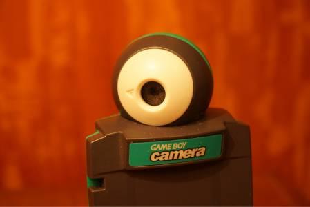 Какво става, когато прикачите обектив за DSLR към камерата на Nintendo Game Boy? (ВИДЕО)