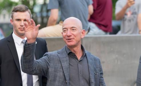 Шефът на Amazon е първият с богатство от 200 милиарда щатски долара