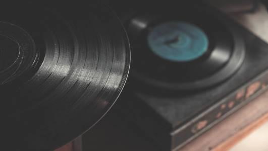 Повече продадени плочи от дискове за пръв път от 80-те години насам
