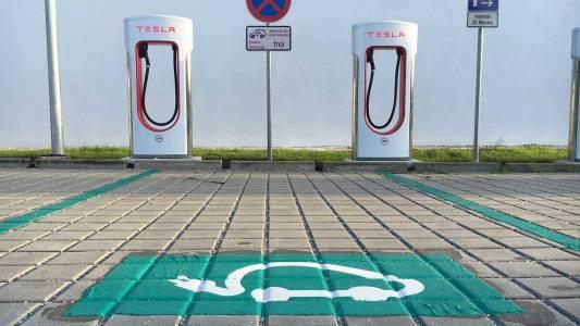 Бъг в зарядните на Tesla в Европа позволява на конкуренцията да ги ползва безплатно