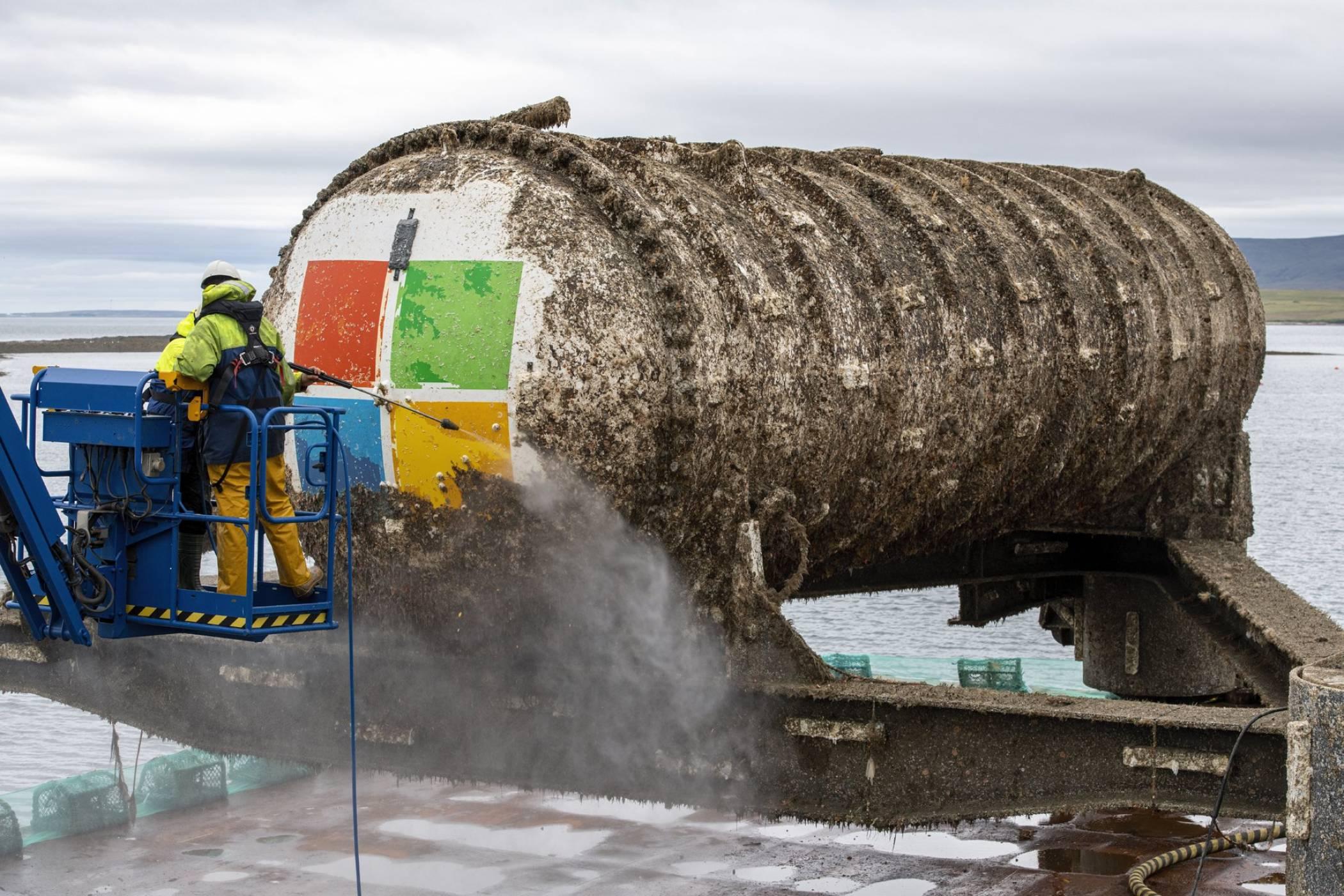 Дейта център на Microsoft изплува след две години под вода (ВИДЕО)