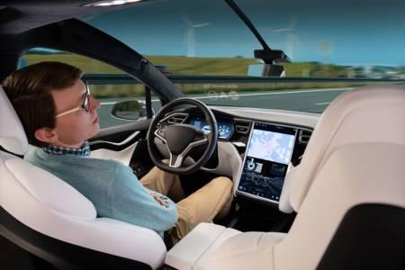 Канадски полицаи спряха спящ шофьор на Tesla за превишена скорост