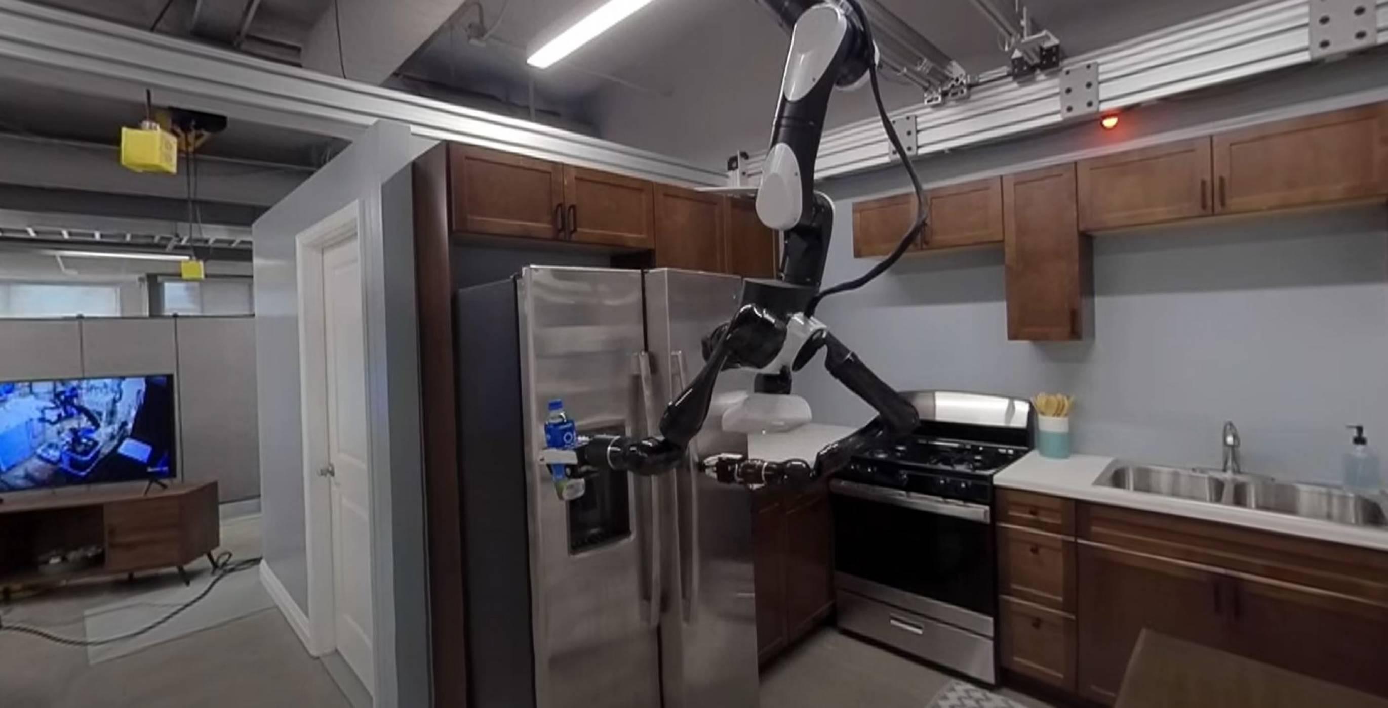 Домашният робо-иконом на Toyota виси от тавана като прилеп (ВИДЕО)