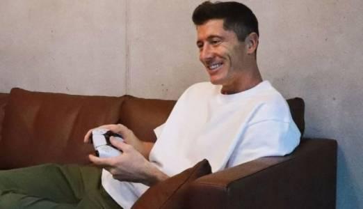 Футболната звезда Робърт Левандовски вече играе на своя PlayStation 5