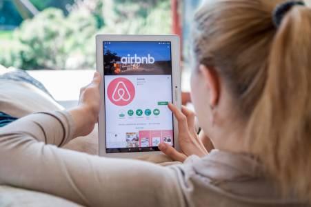 Легендата на Apple Джони Айв ще използва дизайнерския си талант в... AirBnb
