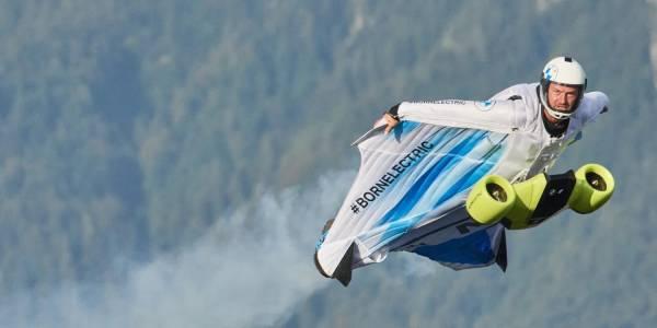 Електрически костюм на BMW издигна смелчага над Алпите (ВИДЕО)