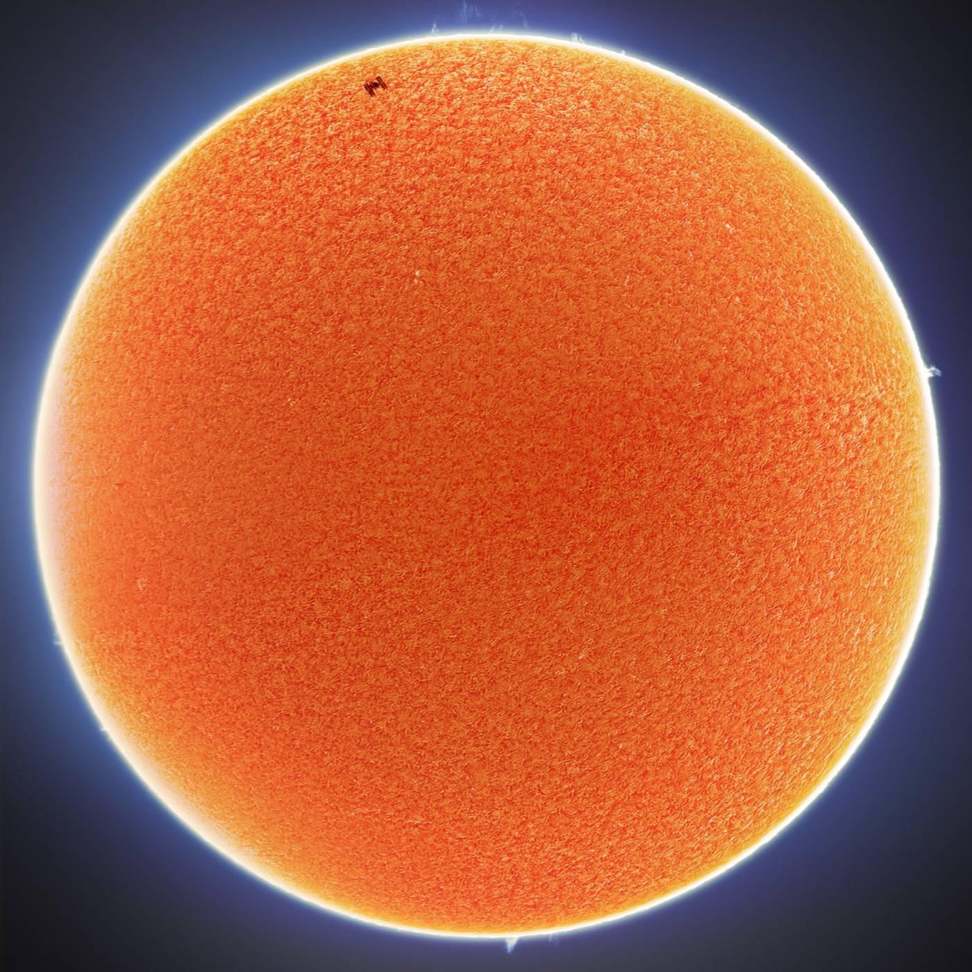 Вижте тези феноменално красиви снимки на Слънцето и Луната