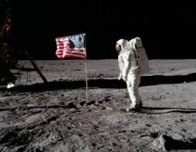 Първото селфи в Космоса се продава на търг