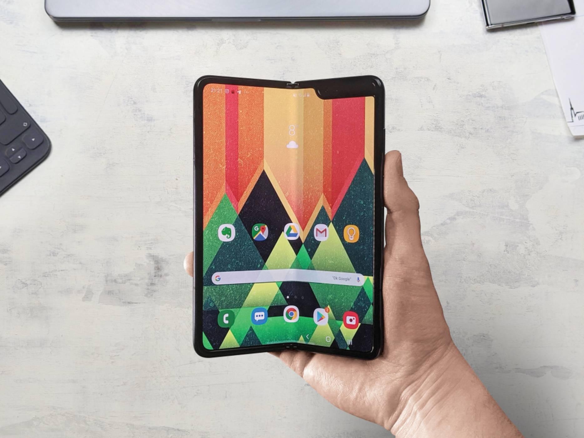 Samsung Galaxy Z Fold 3 се цели в перфектния дисплей със скрита под него камера