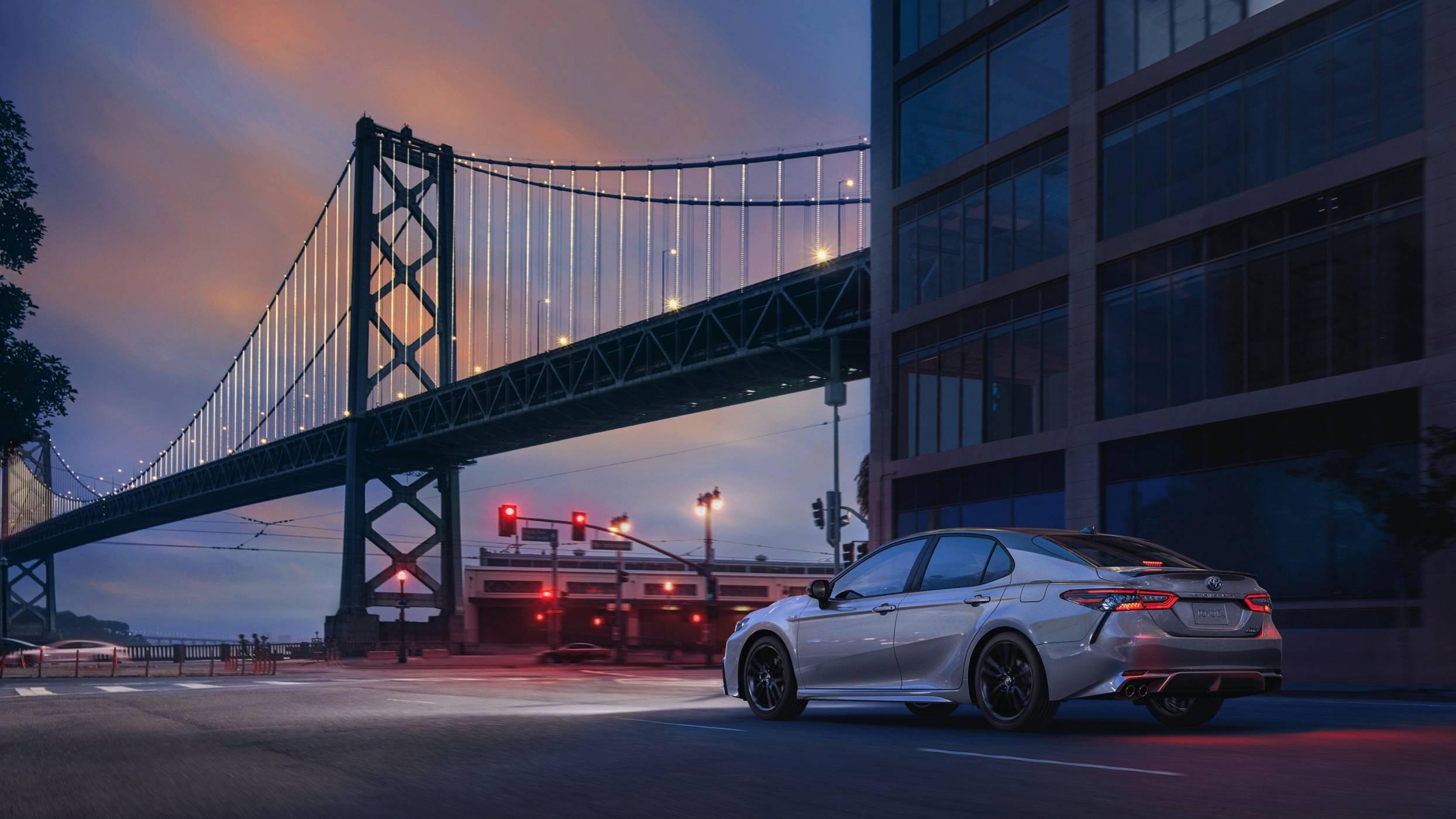 Camry Hybrid предлага по-динамичен дизайн и разширени технологии за безопасност